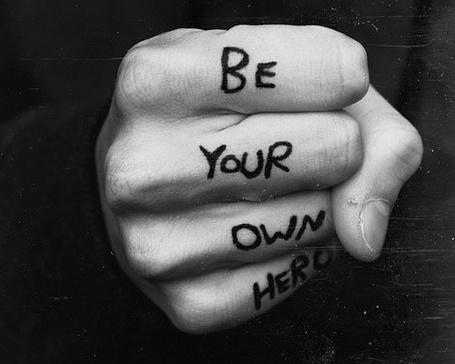 Фото Кулак мужчины с надписью на пальцах Be your own hero / Быть своим собственным героем