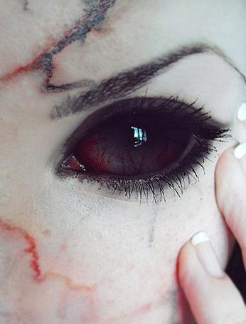 Фото Девушка с черными глазами и кровоподтеками на лице