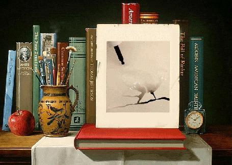 Фото На полке книги, яблоко, ручки, часы и рисунок с появляющимися воронами