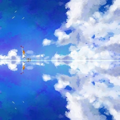 Фото Девушка с рыжими волосами рисует сердечко в небе, стоя на тонком слое воды, где отражается небо с облаками