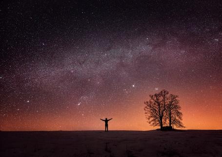 Фото Силуэт девушки на фоне звездного неба
