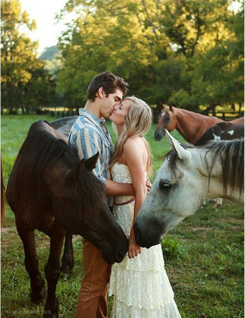 Фото Лошади окружили целующуюся пару влюбленных