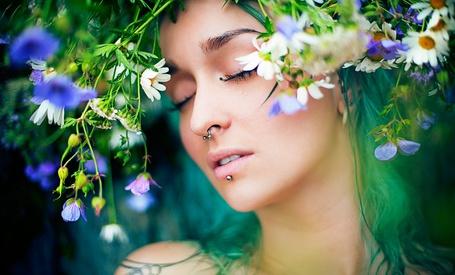 Фото Ната Васина с пирсингом и цветами на голове (© MaggotkaRoot90), добавлено: 30.01.2013 21:17