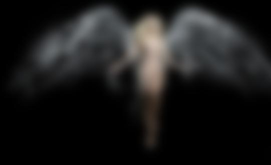 Фото Голая девушка с крыльями из воды на черном фоне