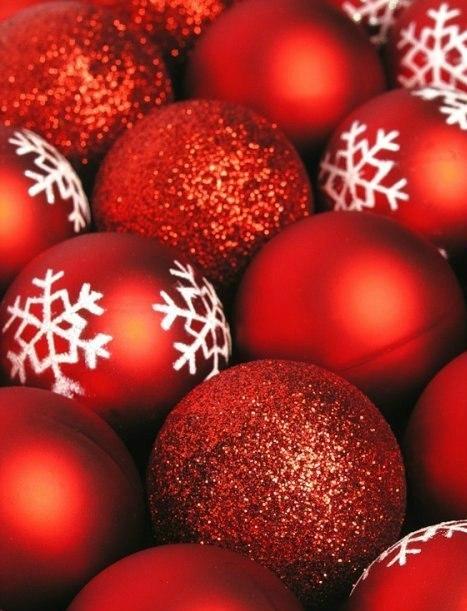 Фото Матовые и блестящие красные и красные, на которых нарисованы белые снежинки, новогодние шары