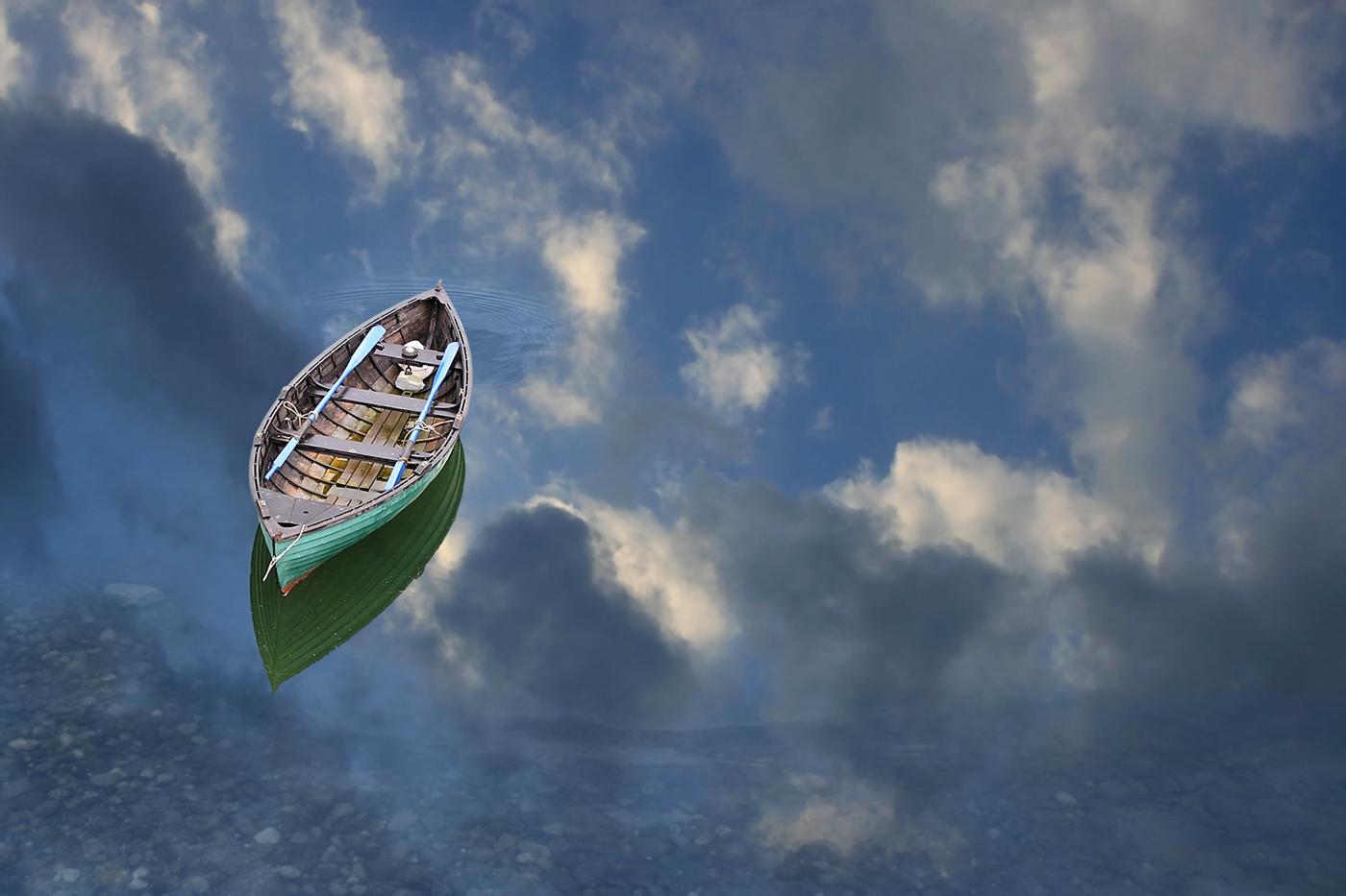 лодка на воде с отражением в воде