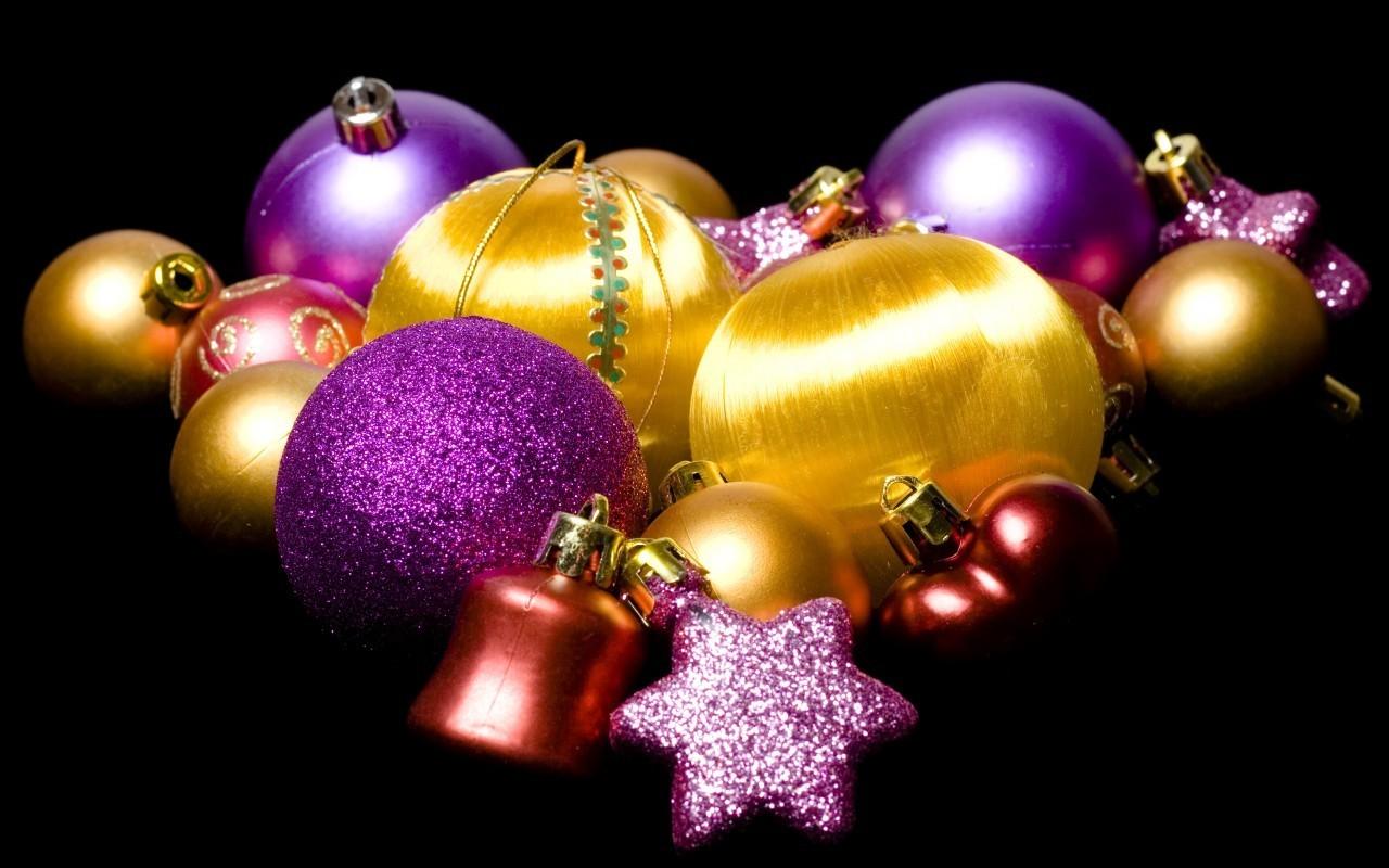 Разноцветные Новогодние игрушки на черном фоне