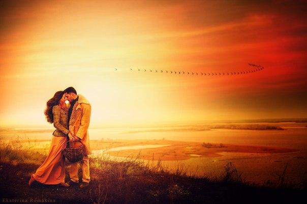 Фото Мужчина с девушкой нежно соприкасаются друг с другом стоя на полянке на фоне пролетающих птиц над рекой, фотограф Екатерина Ромакина