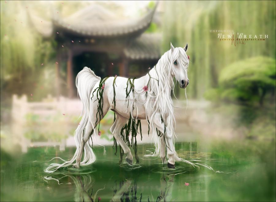 Фото белая лошадь с длинных хвостом и
