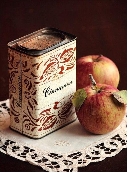 Фото Два яблока рядом с банкой корицы / cinnamon