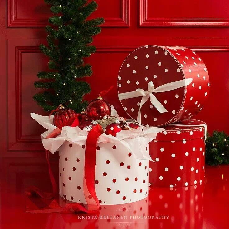 Фото Новогодние подарки в коробках в горошек лежат на полу под дверью, автор Krista Keltanen