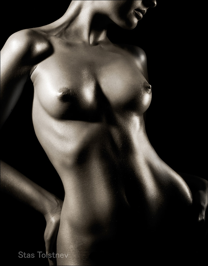 фото голая на черном фоне