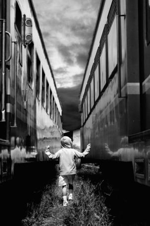 Фото Мальчик идет межу поездами, фотограф Tri Joko