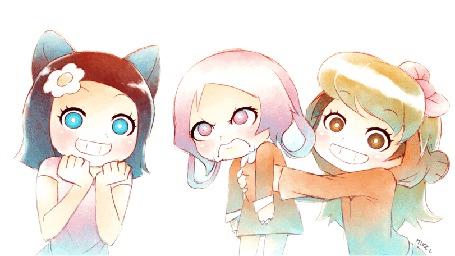 Фото Девушки, одна с неко-ушками и ромашкой в волосах, другая - блондинка с розовым бантиком на голове держит в руках недовольную розововолосую девочку с заячьими ушками