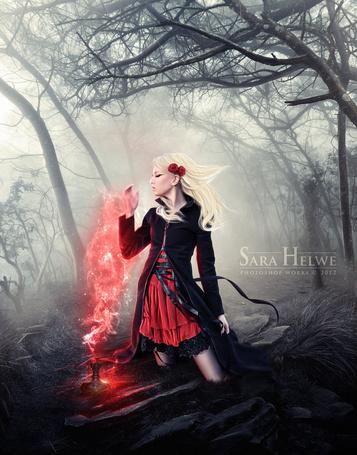 Фото Девушка с цветами в волосах вдыхает аромат, выходящий из баночки на фоне мрачного леса, фотохудожник Sara Helwe