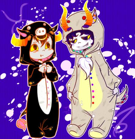 Фото Маленькие Tavros Nitram / Таврос Нитрам (Taurus / Телец) в костюме теленка и Гамзи Макара / Gamzee Makara (Capricorn / Козерог) в костюме козленка стоят на фиолетовом фоне, фан-арт по мотивам веб-комикса Хоумстак / Homestuck fan-art