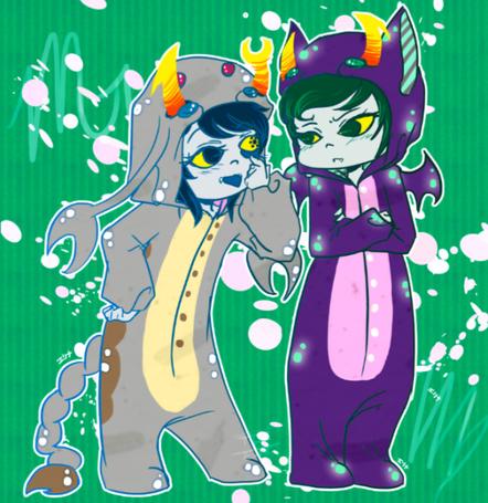 Фото Маленькие Vriska Serket / Вриска Серкет (Scorpius / Скорпион) в сером костюмчике скорпиона и Канайа Марьям / Kanaya Maryam (Virgo / Дева) в фиолетовом костюмчике летучей мыши-вампира стоят на зеленом фоне, фан-арт по мотивам веб-комикса Хоумстак / Homestuck fan-art