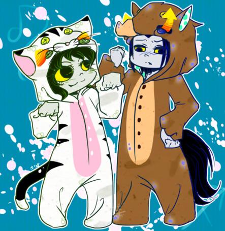 Фото Маленькие Непета Лейон / Nepeta Leijon (Лев / Leo) в костюмчике котенка и Эквиус Заххак / Equius Zahhak (Стрелец / Sagittarius) в костюме жеребенка стоят на бирюзовом фоне, фан-арт по мотивам веб-комикса Хоумстак / Homestuck fan-art