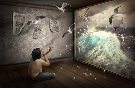 Фото Черноволосый парень, играющий на флейте прекрасную мелодию, сидящий на полу в комнате со стеклом, выходящим на морские просторы, привлек внимание своей игрой чаек, которые пробив стекло своими телами, слетелись на звуки флейты