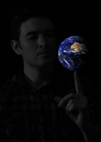 Фото Мужчина крутит планету Земля на пальце руки
