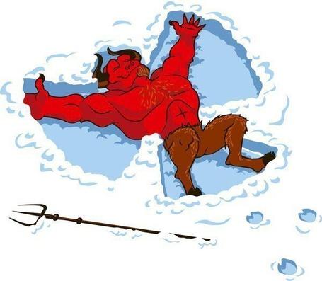 Фото Черт с рогами и трезубцем лежит растянувшись на снегу