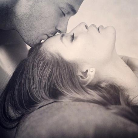 Фото Парень целует девушку в лоб