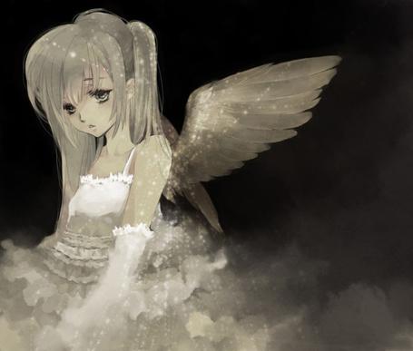 Фото Грустная девушка-ангел в белой дымке