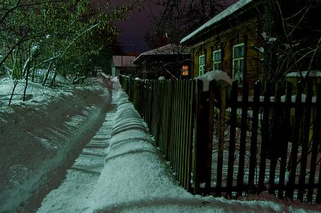 Фото Деревенская, заснеженная улица на фоне ночного неба