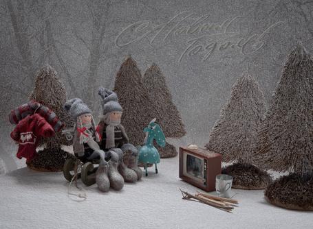 Фото Две девочки-куклы, одетые в вязанные шапочки, свитера и в валенки, сидящие на санках возле елок, приготовились смотреть новогодние передачи по старенькому черно-белому телевизору, рядом с ними стоит игрушечный ослик (С Новым Годом)