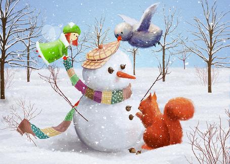 Фото Птичка, фея и белка делают снеговика в лесу
