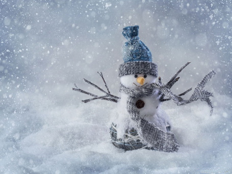 Фото Снеговик в вязанной шапочке и шарфе, с прутиками вместо рук