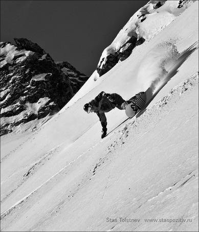 Фото Сноубордист спускается с крутой горы, фотограф Станислав Толстнев