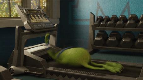 Фото Майк крутится на беговой дорожке, момент из мультика Университет монстров / Monsters University