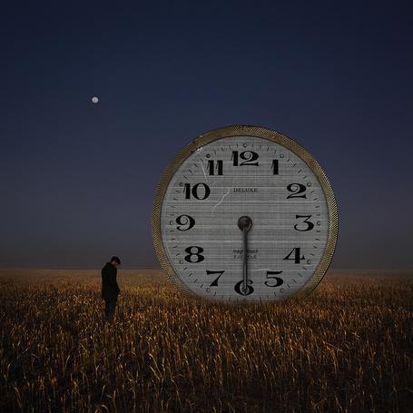 Фото Мужчина с понурой головой, стоящий возле часов стрелки которых остановились в половине шестого на фоне ночного, лунного неба, автор Hossein Zare
