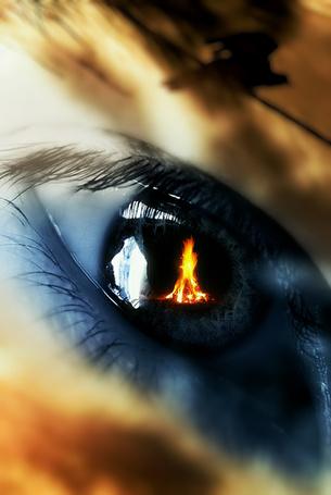 Фото В зрачке человеческого глаза отражается пламя костра, автор Эмеральде Ваке
