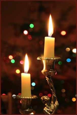 Фото Горящие свечи в подсвечнике на фоне огоньков