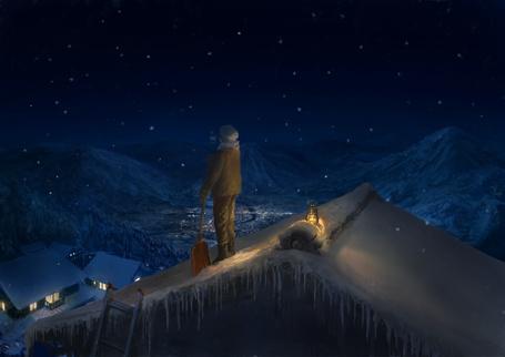 Фото Парень с лопатой стоит на крыше дома на фоне гор и ночного неба