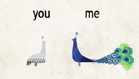 Фото Рисованные павлины женского и мужского пола, один из павлинов распускает хвост, стоя навстречу друг другу, с надписями ты, я / you, me