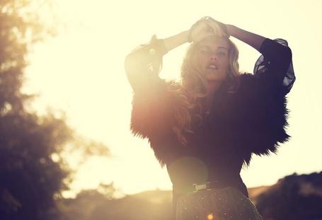Фото Очаровательная блондинка держит руки на голове, фотограф Michael Stonis
