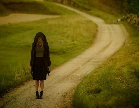 Фото Девушка, с опущенной головой, стоит на дороге, фотограф Patty Maher