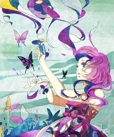 Фото Девушка с фиолетово-синими волосами и синими глазами смотрит на бабочек и пытается их поймать