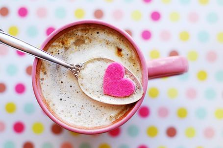 Фото Розовое сердечко в ложке в кружке с кофе