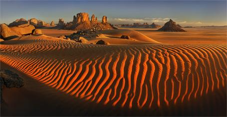 Фото Пески пустыни на фоне небольших горных образований и серого неба, работа всердце Сахары фотографа Yury Pustovoy