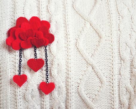 Фото Брошь в виде облачка из маленьких красных сердечек на белом свитере