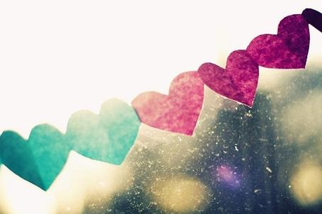 Фото Гирлянда из бумажных сердечек на стекле