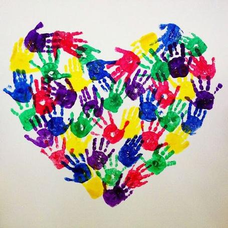 Фото Сердечко из разноцветных отпечатков ладоней рук