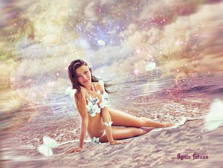 Фото Девушка в белом купальнике сидит на берегу моря, фоаторт IgnisFatuusII