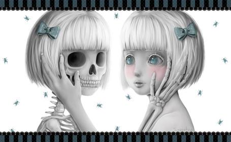 Фото Девочка и скелет напротив друг друга