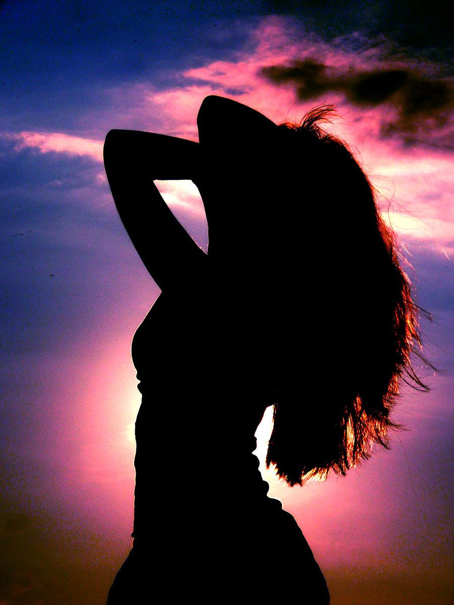 Силуэт девушки на фоне красивого неба, автор mjday