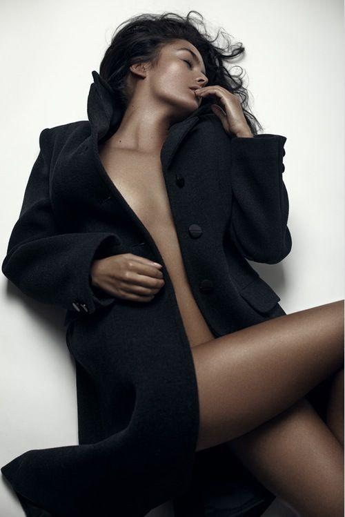 обнаженная девушка в пальто